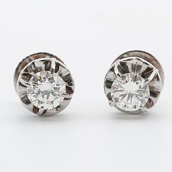 ÖRHÄNGEN, med 2 briljantslipade diamanter, totalt ca 0.90 ct.