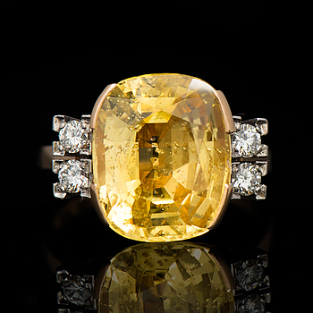 A RING, facetted yellow sapphire, brilliant cut diamonds, 18K gold. A. Tillander 1962.
