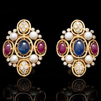 KORVAKORUT, pyöröhiotut safiirit ja rubiinit, briljanttihiotut timantit, viljellyt helmet, 18K kultaa.