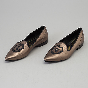 A pair of loafers by Galiano, in size 37.