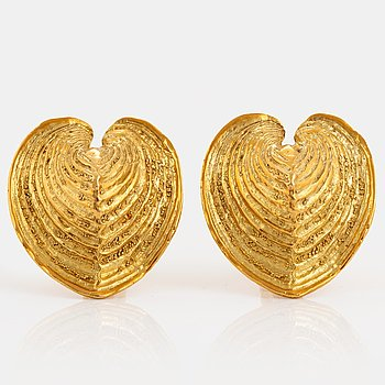 1022. A pair of Elisabeth Gage earrings in 18K gold.