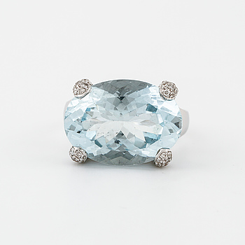 RING, med akvamarin ca 11.70 ct samt briljantslipade diamanter ca 0.20 ct.