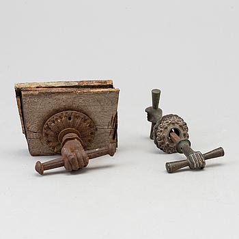 DÖRRHANDTAG, 2 st, brons, 1800-tal.