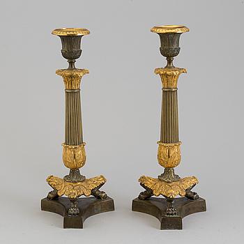 LJUSSTAKAR, ett par, senempire, förgylld och patinerad brons, 1800-talets mitt.