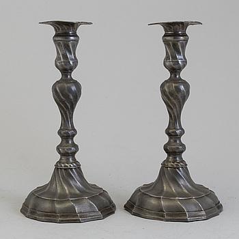 LJUSSTAKAR, ett par, tenn, rokoko, Tykland, 1700-tal.