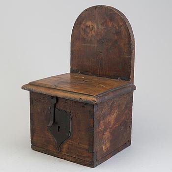 KOLLEKTBÖSSA, trä, troligen 1600-tal.