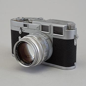 KAMERA, Leica M3 nr 700521, 1954. Med Summilux 1:1.4/50 och Summicron 1:2/50 med sökarsats.