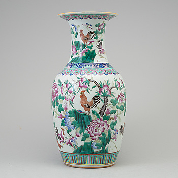 A famille rose porcelain vase, Qing dynasti, 19th century.