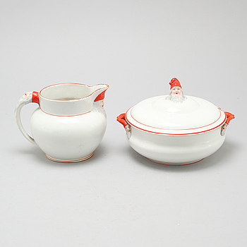 An eartheware porrige tureen and a jug from Göteborg, around the year 1900.