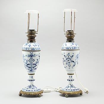 """BORDSLAMPOR, ett par, """"Zwiebelmunster/Lökmönstret"""", Meissen, 1900-talets första hälft."""