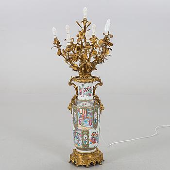 PRAKTBORDSLAMPA, lampfot av Kanton-porslin, med bronsmonteringar. 1800-1900-tal.