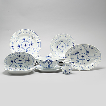 """SERVISDELAR, 15 st, porslin, """"Musselmalet"""", Bing & Gröndahl och Royal Copenhagen, 1900-talets andra hälft."""
