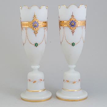STÖRRE VASER, ett par, opalglas, 1800-talets mitt/andra hälft.