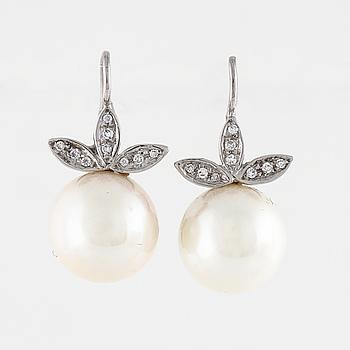 ÖRHÄNGEN, med odlade pärlor och briljantslipade diamanter ca 0.20 ct.