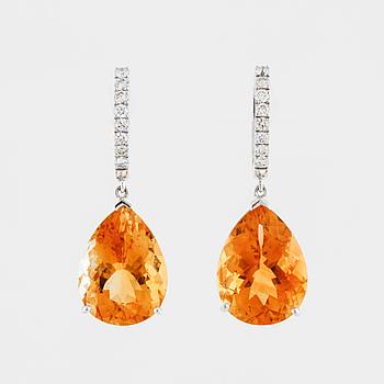 ÖRHÄNGEN, med fasettslipade citriner ca 4.20 ct och briljantslipade diamanter totalt ca 0.30 ct.