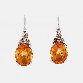 ÖRHÄNGEN, med fasettslipade citriner ca 10.00 ct och briljantslipade diamanter totalt ca 0.20 ct.